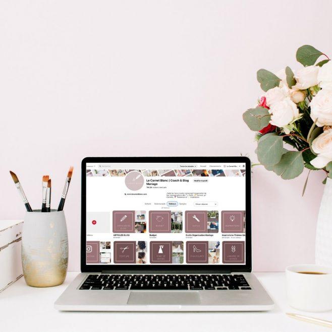 Ordinateur avec des fleurs sur un bureau pour retrouver toutes les idées de fleurs pour son mariage sur Pinterest - Blog Mariage - Le Carnet Blanc